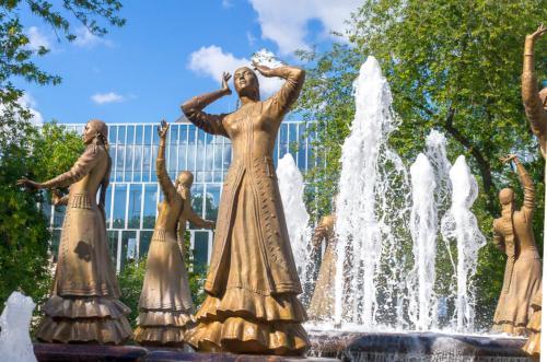 Уфа - фонтан с девушками